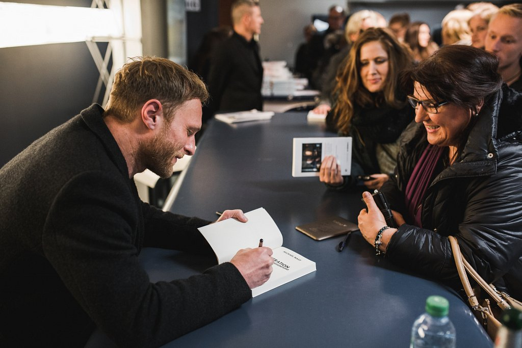 Michael Nast signiert sein Buch Generation Beziehungsunfähig